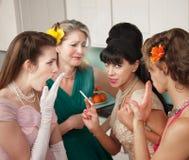 Frauen, die in der Küche klatschen stockfotografie