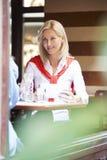 Frauen, die an der Kaffeestube sprechen Lizenzfreie Stockfotografie