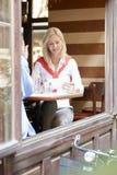 Frauen, die an der Kaffeestube sprechen Lizenzfreie Stockbilder