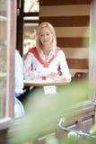 Frauen, die an der Kaffeestube sprechen Stockfotografie