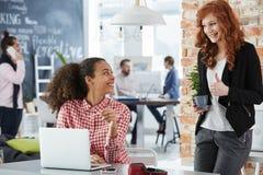 Frauen, die in der kreativen Agentur arbeiten Stockbilder
