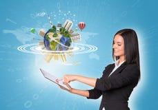 Frauen, die digitale Tablette und Erde mit verwenden Lizenzfreie Stockbilder