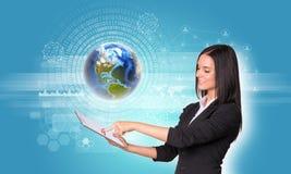 Frauen, die digitale Tablette und Erde verwenden Stockbild