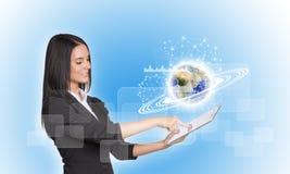 Frauen, die digitale Tablette und Erde verwenden Lizenzfreie Stockfotografie