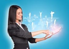 Frauen, die digitale Tablette und Schattenbilder von verwenden Lizenzfreies Stockbild
