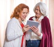 Frauen, die digitale Tablette verwenden Lizenzfreies Stockfoto