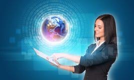 Frauen, die digitale Tablette verwenden Erde mit Zahlen und Lizenzfreie Stockbilder