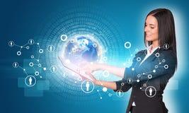 Frauen, die digitale Tablette verwenden Erde mit Zahlen und Lizenzfreies Stockbild
