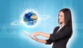 Frauen, die digitale Tablette verwenden Erde mit Zahlen und Stockbilder