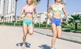 Frauen, die draußen laufen Lizenzfreie Stockfotos
