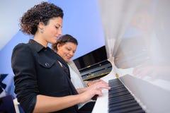 Frauen, die Duo auf Klavier spielen lizenzfreie stockbilder