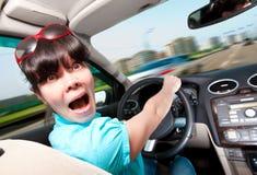 Frauen, die ein Auto antreiben Stockfoto