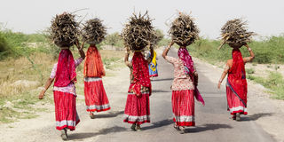 Frauen, die ein Bündel auf dem Kopf tragen Lizenzfreies Stockfoto