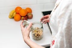 Frauen, die ein Einzelteil vom Speicherkaninchenstall auswählen Intelligentes Küchenorganisationskonzept lizenzfreie stockfotos