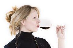 Frauen, die ein Glas Rotwein schmecken Stockfotos