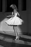 Frauen, die in ein Kleid spinnen Stockfotografie