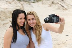 Frauen, die ein Selbstportrait nehmen Stockfotos