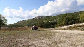 Frauen, die ein Viererkabelfahrrad reiten stock footage