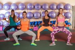 Frauen, die eine Beinübung in der Aerobicklasse tun Stockfotos