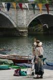 Frauen, die eine Brückenszene malen lizenzfreies stockbild