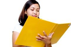 Frauen, die eine Datei anhalten Stockbild