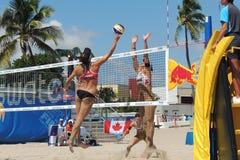 Frauen, die in einem Berufsstrand-Volleyball-Turnier konkurrieren lizenzfreie stockbilder