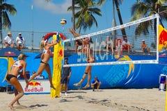 Frauen, die in einem Berufsstrand-Volleyball-Turnier konkurrieren stockfotografie