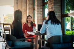 Frauen, die einen Kaffee in der Bar trinken stockbilder