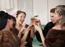 Frauen, die einen Toast anheben lizenzfreie stockfotos