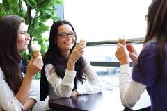 Frauen, die Eiscreme lecken Stockbild