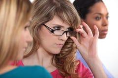 Frauen, die etwas betrachten Lizenzfreies Stockbild