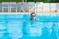 Frauen, die für Übung in den Schwimmbädern schwimmen stockbilder