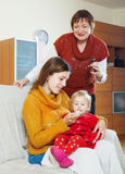Frauen, die für krankes Baby sich interessieren Stockfoto