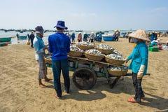Frauen, die Fische verkaufen stockfoto