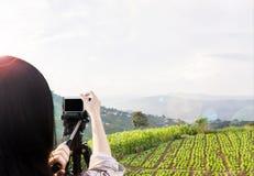 Frauen, die Foto oder Video von Landschafts-Himmel und -bergnatu schießen Lizenzfreies Stockfoto
