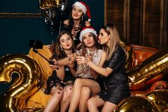 Frauen, die Foto selfie am Weihnachtsfest nehmen Stockfotografie