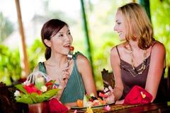 Frauen, die frühstücken lizenzfreie stockfotos