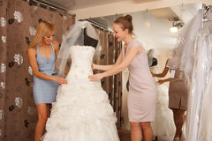 Frauen, die für Hochzeits-Kleid kaufen Lizenzfreie Stockfotos