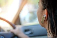 Frauen, die freihändiges Telefon beim Fahren verwenden Lizenzfreie Stockfotos