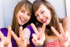 Frauen, die Friedenszeichen bilden Stockfoto