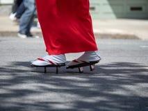 Frauen, die geta, traditionelle japanische Schuhe, auf der Straße tragen lizenzfreies stockfoto