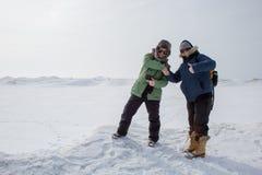 Frauen, die Hände in gefrorener Landschaft rütteln lizenzfreie stockbilder