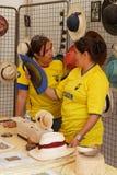 Frauen, die Hüte von Ecuador zeigen stockbild