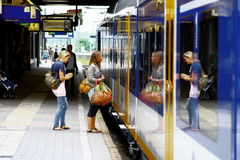 Frauen, die herein am Bahnhof Utrecht, Holland, die Niederlande treten Stockfotografie