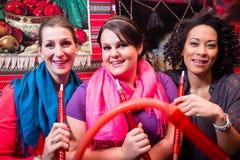 Frauen, die Huka oder shisha im orientalischen Café genießen Stockfotografie