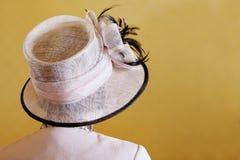 Frauen, die Hut Wedding sind Lizenzfreie Stockfotografie