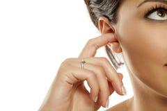Frauen, die ihr Ohr säubern lizenzfreies stockfoto