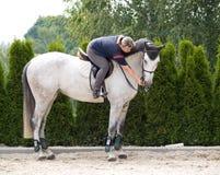 Frauen, die ihrem Pferd Prämie geben Stockfotos