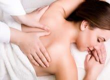 Frauen, die im Badekurortsalon sich entspannen Lizenzfreie Stockbilder
