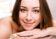 Frauen, die im Badekurortsalon sich entspannen Lizenzfreies Stockbild